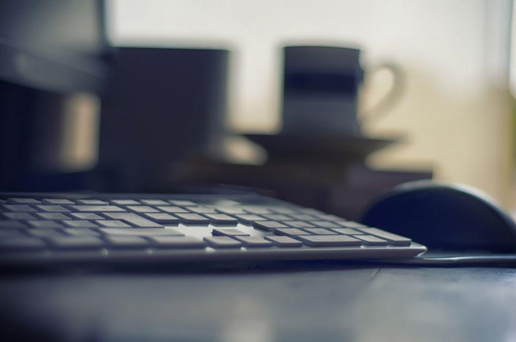 computer focus desk, soft focus keyboard, computer keyboard, office keyboard, office dark image,